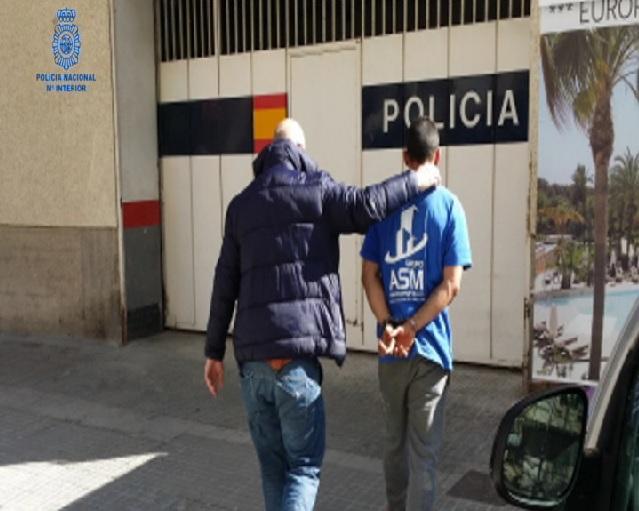 Detenen+dues+persones+acusades+d%27atracar+una+farm%C3%A0cia