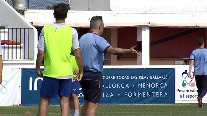 El+Formentera+entrena+la+pilota+aturada