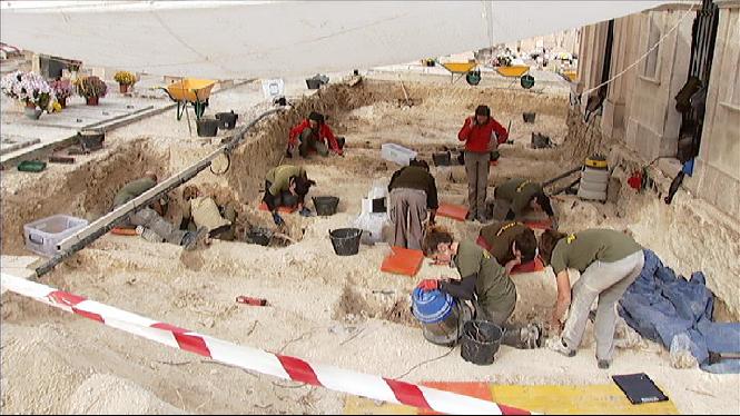 Desenterrats+una+cinquantena+de+cossos+a+la+fossa+comuna+de+Porreres