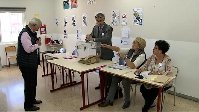 Els+francesos+residents+a+Palma+i+Eivissa+voten+per+elegir+al+president+del+seu+pa%C3%ADs
