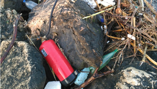 Un+extintor%2C+entre+la+brutor+que+s%27acumula+a+la+platja+del+Molinar