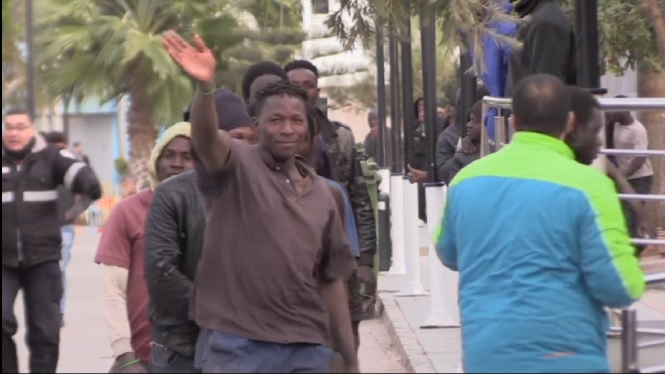 Dos-cents+immigrants+subsaharians+creuen+la+tanca+de+Melilla