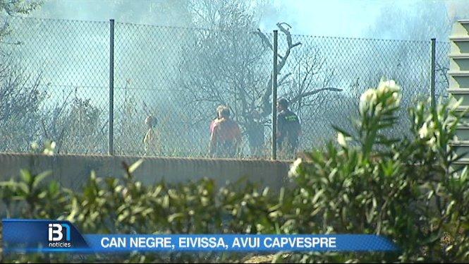 Incendi+originat+en+un+assentament+il%E2%80%A2legal+entre+Cala+Codolar+i+Cala+Comte%2C+a+Eivissa