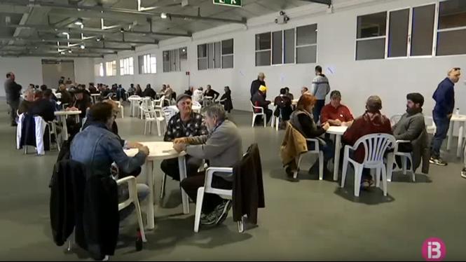 Cent+persones+competeixen+per+aconseguir+1.000+euros+al+primer+Open+de+Truc+de+Menorca