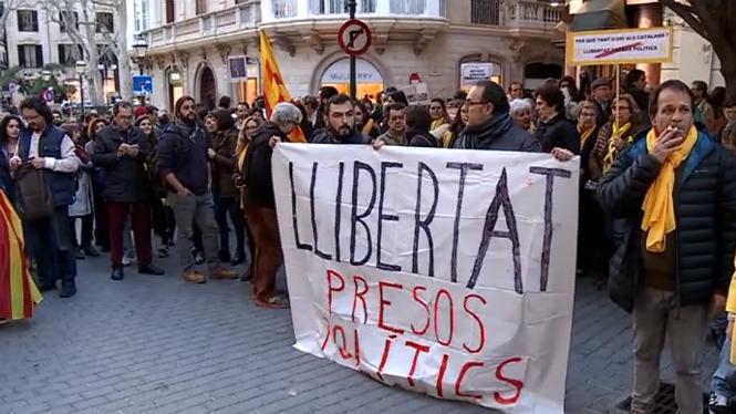 Unes+400+persones+es+concentren+a+Palma+contra+l%27empresonament+de+pol%C3%ADtics+independentistes