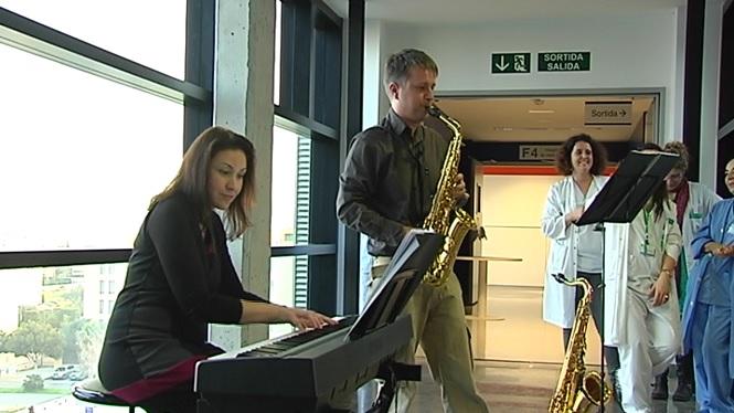 El+saxofonista+Pere+Prieto+i+la+pianista+Elvira+Ram%C3%B3n+ofereixen+un+concert+a+la+sala+d%27espera+de+l%27Hospital+Can+Misses