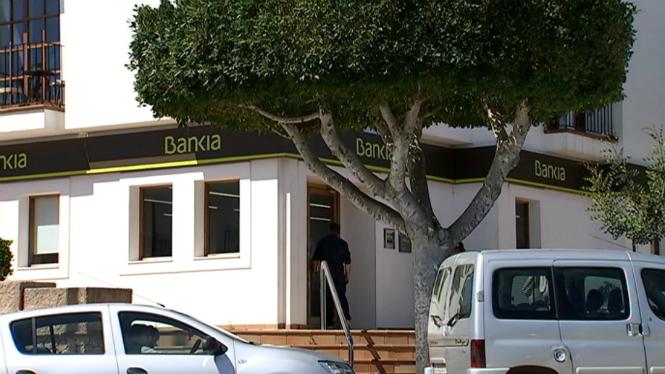 Atracament+a+m%C3%A0+armada+a+una+oficina+banc%C3%A0ria+de+Santa+Gertrudis