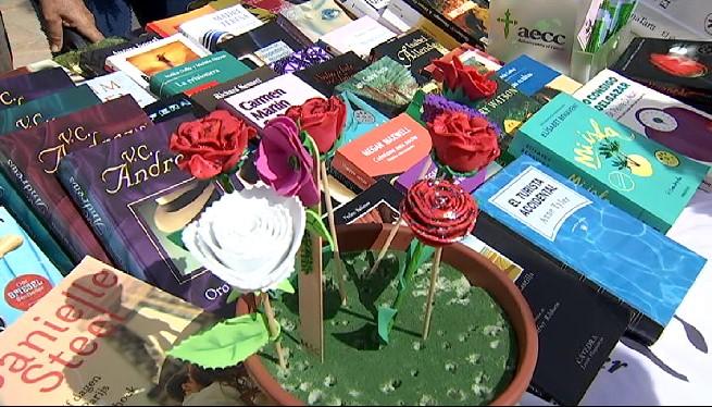 Palma+i+Inca+celebren+Sant+Jordi+amb+parades+de+llibres+i+roses+al+carrer