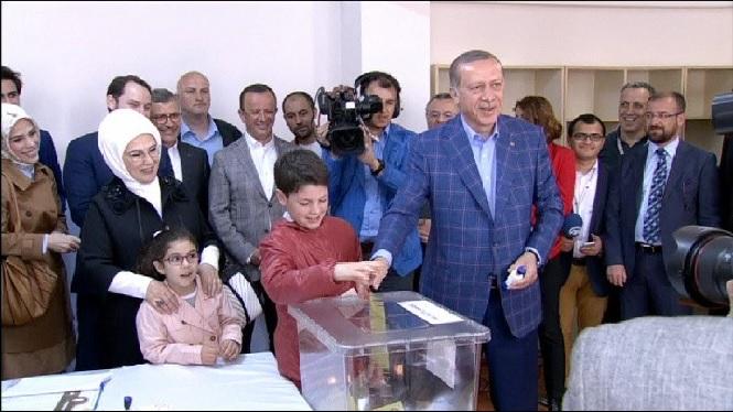Turquia+vota+si+accepta+una+reforma+constitucional+que+donaria+m%C3%A9s+poder+a+Erdogan