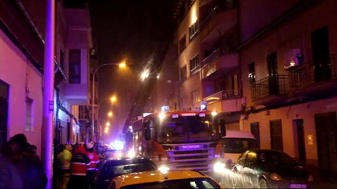 5+persones+han+resultat+intoxicades+per+fum+a+un+incendi+a+Palma