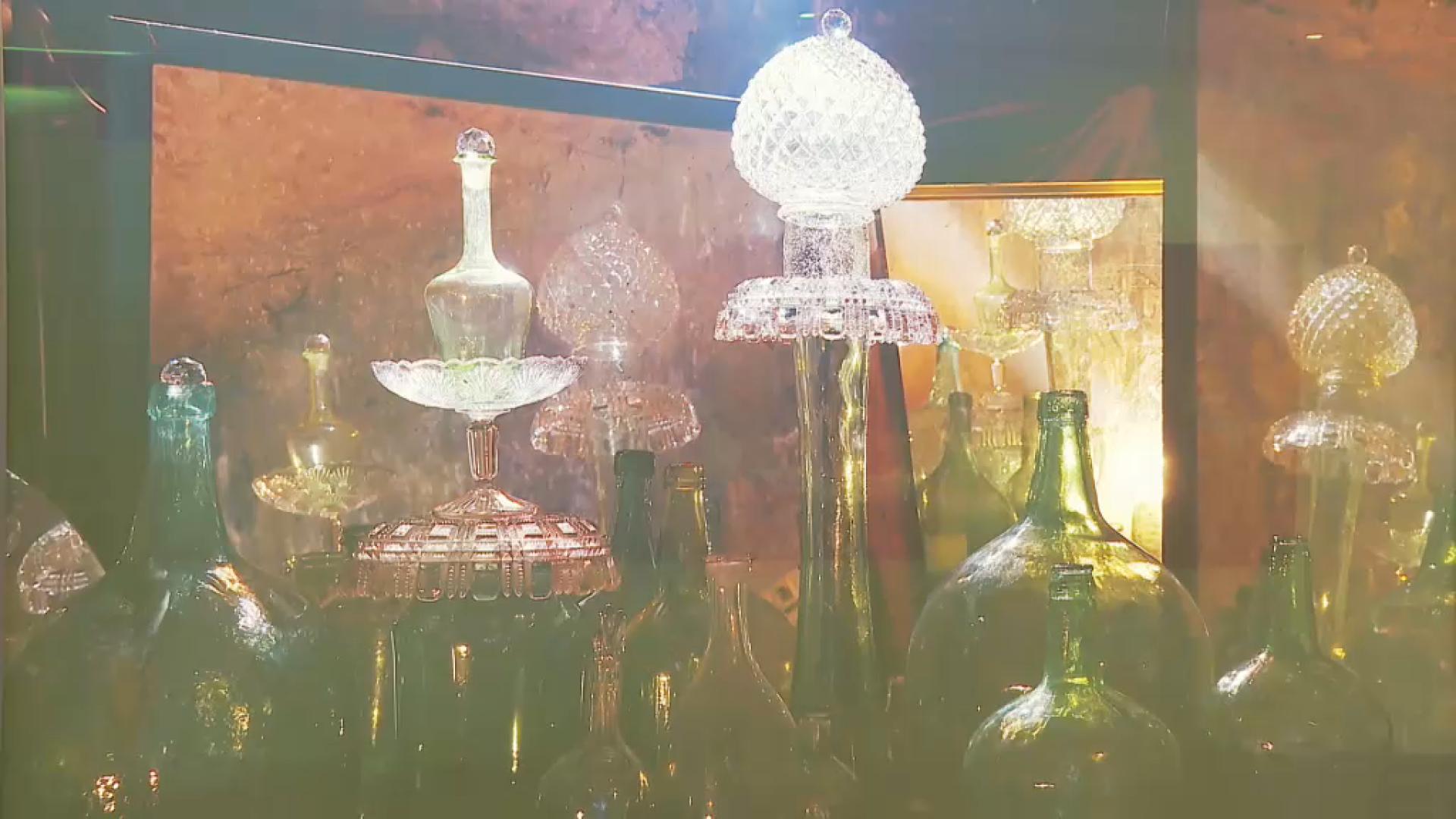 Adrover ha fotografiat objectes de vidre, amb la claror i l'atmosfera de l'aljub de casa seva.