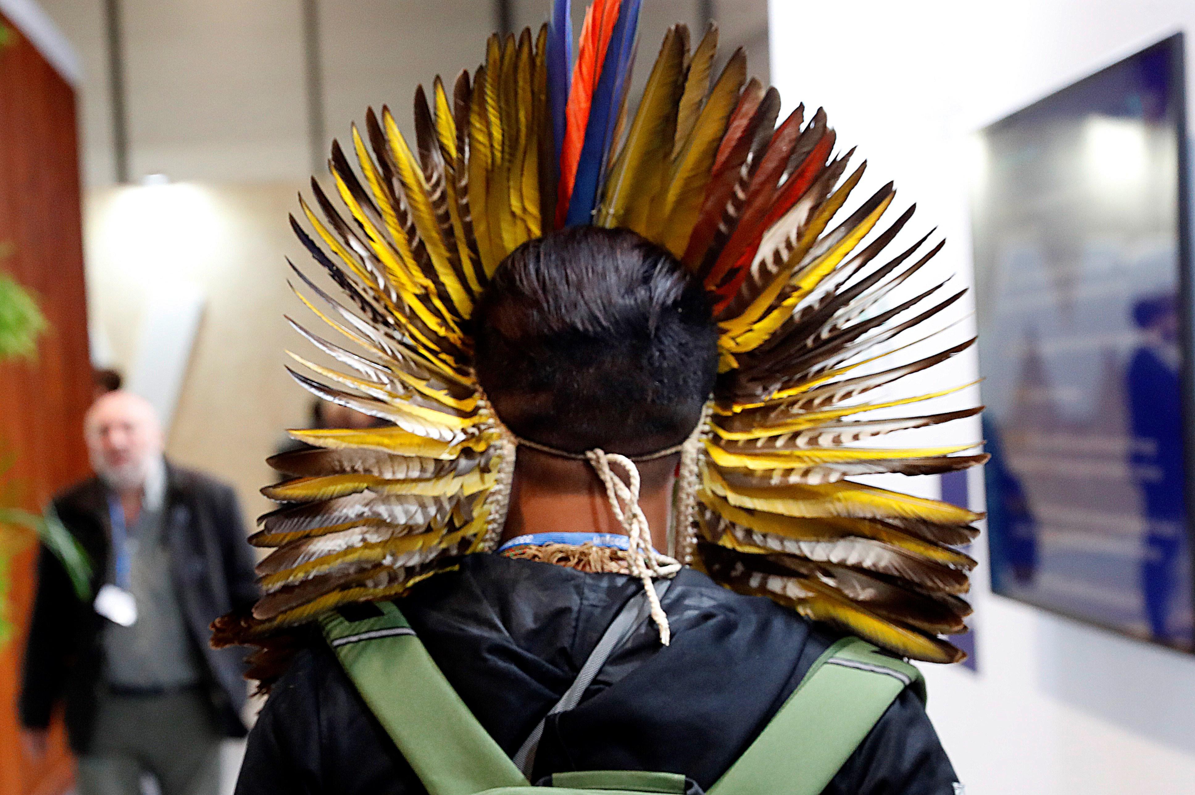 Un indígena assisteix a la Cimera del Clima que té lloc a Madrid del 2 al 13 de desembre. / EFE