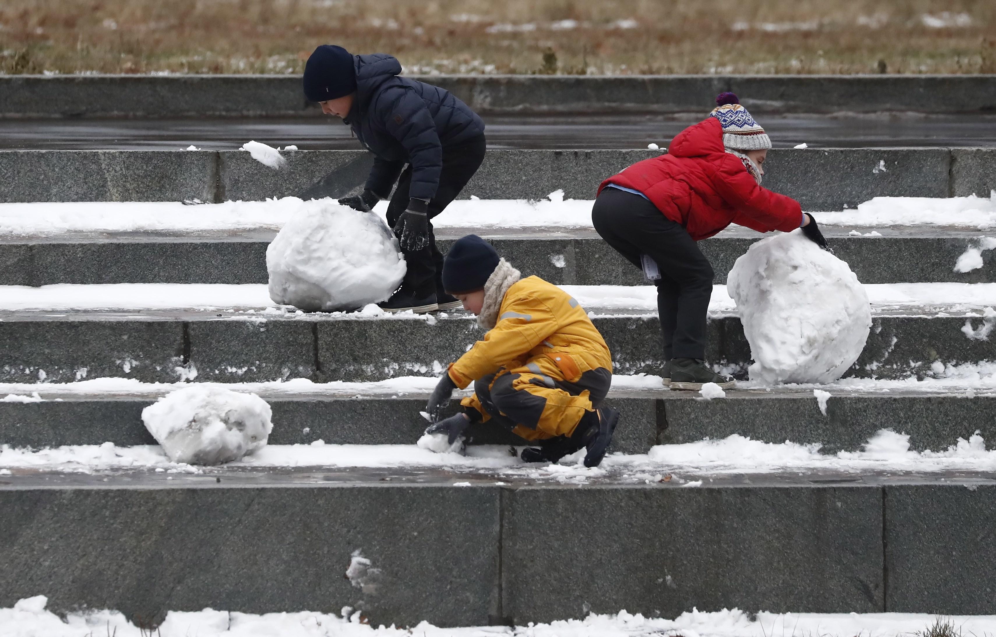 El dia a dia a Rússia: infants juguen amb la neu a un parc a Moscou. / MAXIM SHIPENKOV